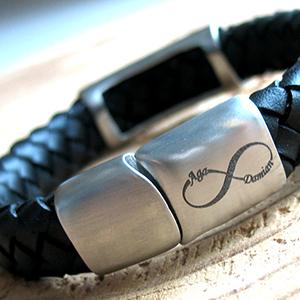 Dyskretny znak nieskończoności na męskiej bransoletce