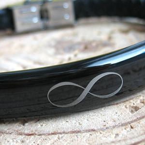 Klasyczny znak nieskończoności na męskiej bransoletce