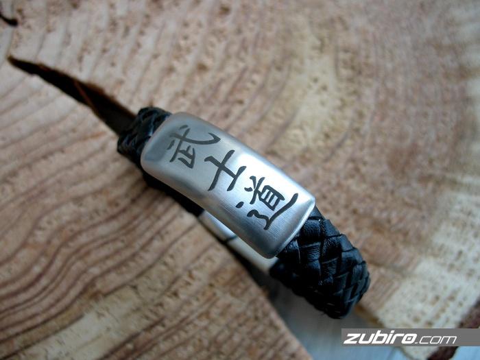 bransoletka z grawerem z chińskimi znakami