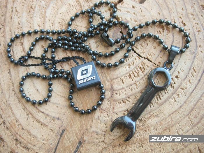 Wisiorek męski klucz płasko-oczkowy czarny
