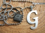 wisiorki duże litera G