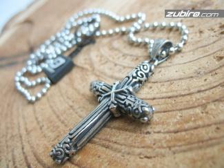 Pięknie ozdobiony krzyż zawieszka